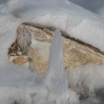 Kamen-v-snegu-vesnoj